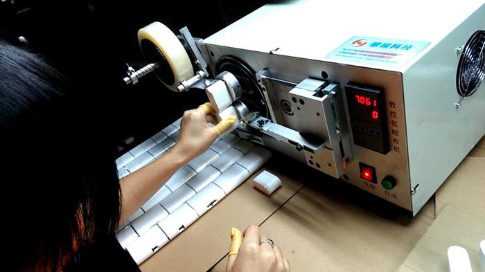小米集团充电器自动包膜机
